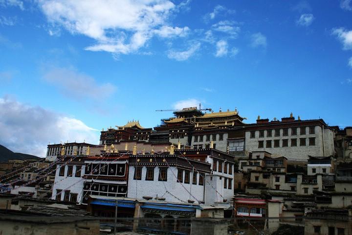 噶丹松赞林寺始建于1679年,又称归化寺,距县城5公里.松赞...